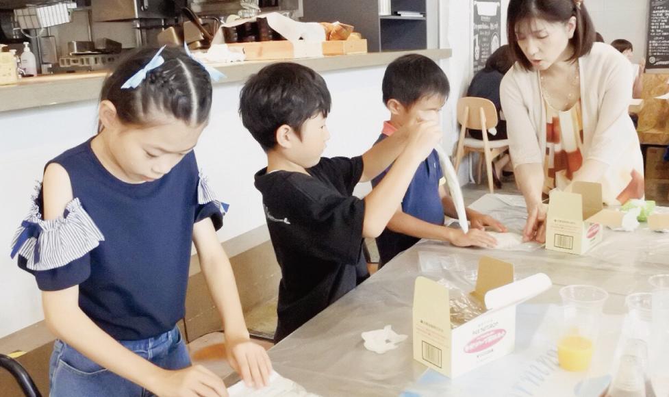 子ども達と石鹸を作る様子の写真です